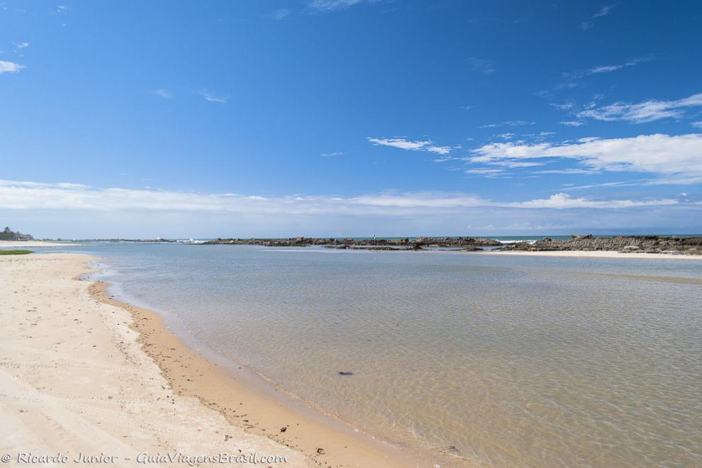 As águas transparentes das piscinas naturais de Praia Camurupim, formada pelos recifes, ideal para praticar snorkeling. Photograph by Ricardo Junior / www.ricardojuniorfotografias.com.br