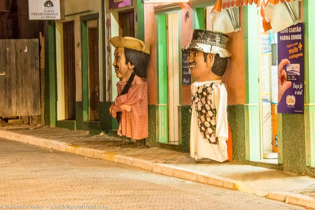 Os bonecos gigantes ficam parados em frente às lojas e ganham vida no Carnaval das Marchinhas, em São Luiz do Paraitinga, no interior de São Paulo. Photograph by Ricardo Junior / www.ricardojuniorfotografias.com.br