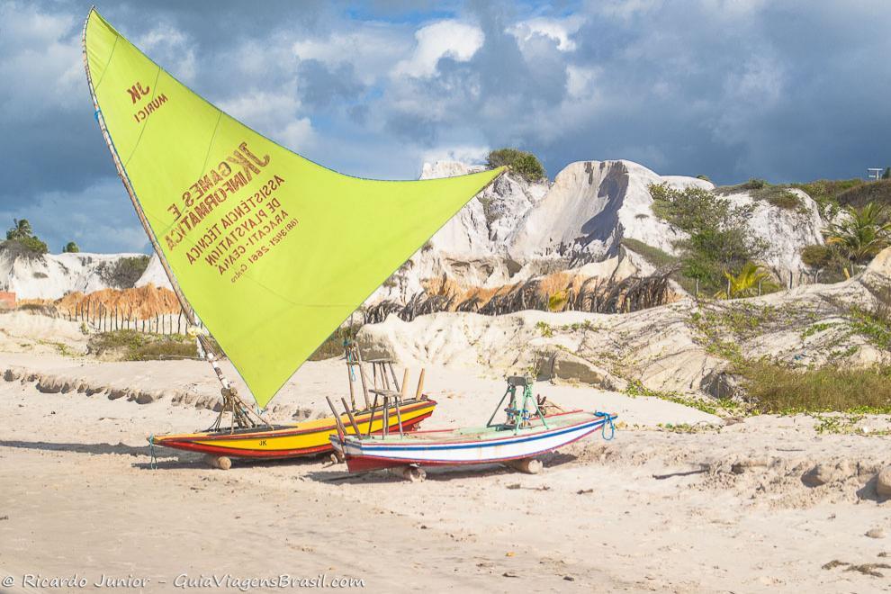 Jangada a espera dos turistas para o passeio, em Praia de Canoa Quebrada, no Ceará. Photograph by Ricardo Junior / www.ricardojuniorfotografias.com.br