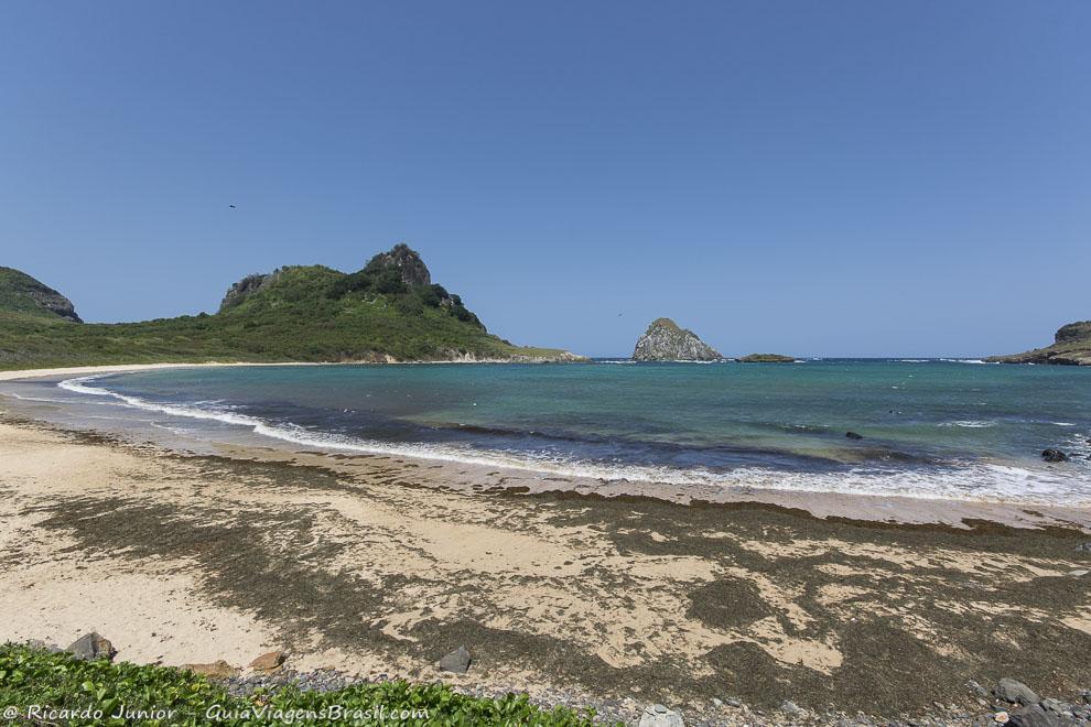 Praia Baía do Sueste, onde snorkel e colete são obrigatórios para observação, em Fernando de Noronha. Photograph by Ricardo Junior / www.ricardojuniorfotografias.com.br