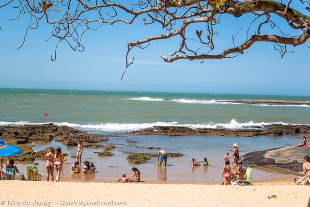 Praia de Castanheiras, uma das mais movimentadas de Guarapari, no Espírito Santo. Photograph by Ricardo Junior / www.ricardojuniorfotografias.com.br