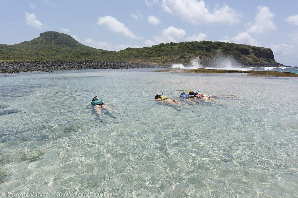 Flutuação na Praia do Atalaia, em Fernando de Noronha. Photograph by Ricardo Junior / www.ricardojuniorfotografias.com.br