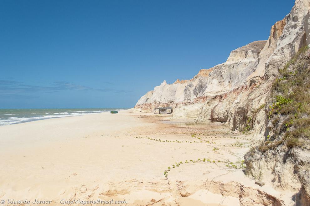 Falésias emoldurando a Praia de Morro Branco, em Beberibe, Ceará. Photograph by Ricardo Junior / www.ricardojuniorfotografias.com.br