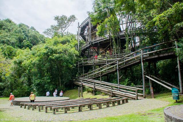 A construção inovadora da Universidade Livre do Meio Ambiente, no Bosque Zaninelli, em Curitiba, Paraná. Photograph by Ricardo Junior / www.ricardojuniorfotografias.com.br