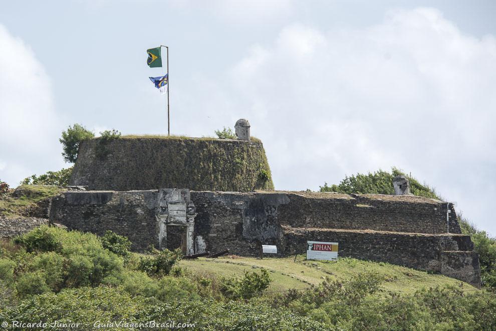 Fortaleza de Nossa Senhora dos Remédios, perto da Vila dos Remédios, em Fernando de Noronha. Photograph by Ricardo Junior / www.ricardojuniorfotografias.com.br