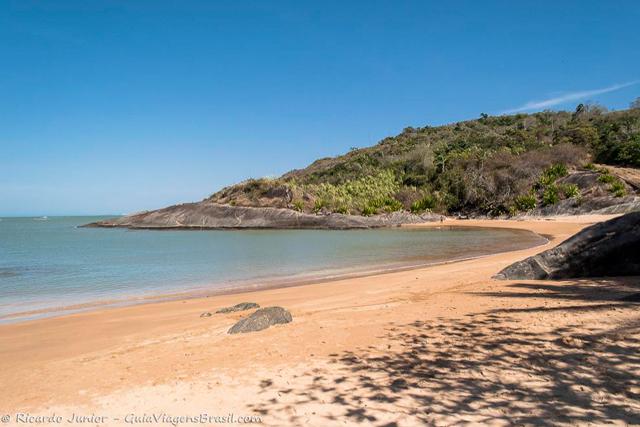 A linda Praia Vermelha, uma das mais desertas de Guarapari, no Espírito Santo. Photograph by Ricardo Junior / www.ricardojuniorfotografias.com.br