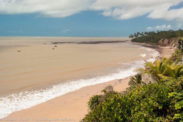 Praia de Carapibus, emoldurada por falésias e mata litorânea, em Conde, Paraíba. Photograph by Ricardo Junior / www.ricardojuniorfotografias.com.br