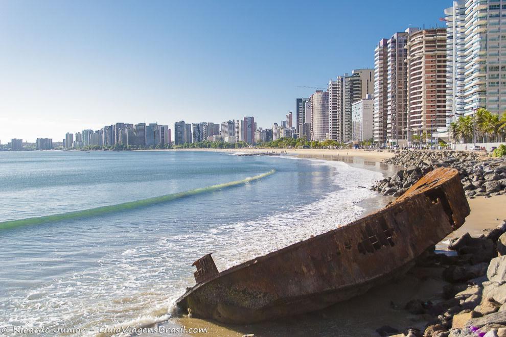Vista da orla da Praia de Iracema, uma das praias mais centrais de Fortaleza, no Ceará. Photograph by Ricardo Junior / www.ricardojuniorfotografias.com.br