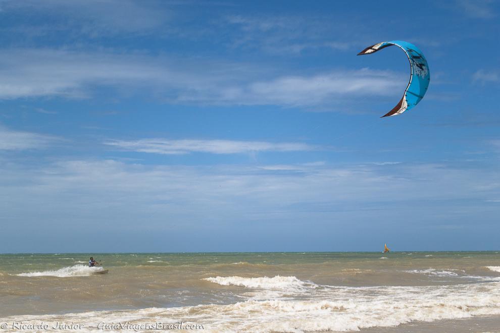 Ventos bons para os praticantes de kitesurf, na Praia Canoa Quebrada, no Ceará. Photograph by Ricardo Junior / www.ricardojuniorfotografias.com.br