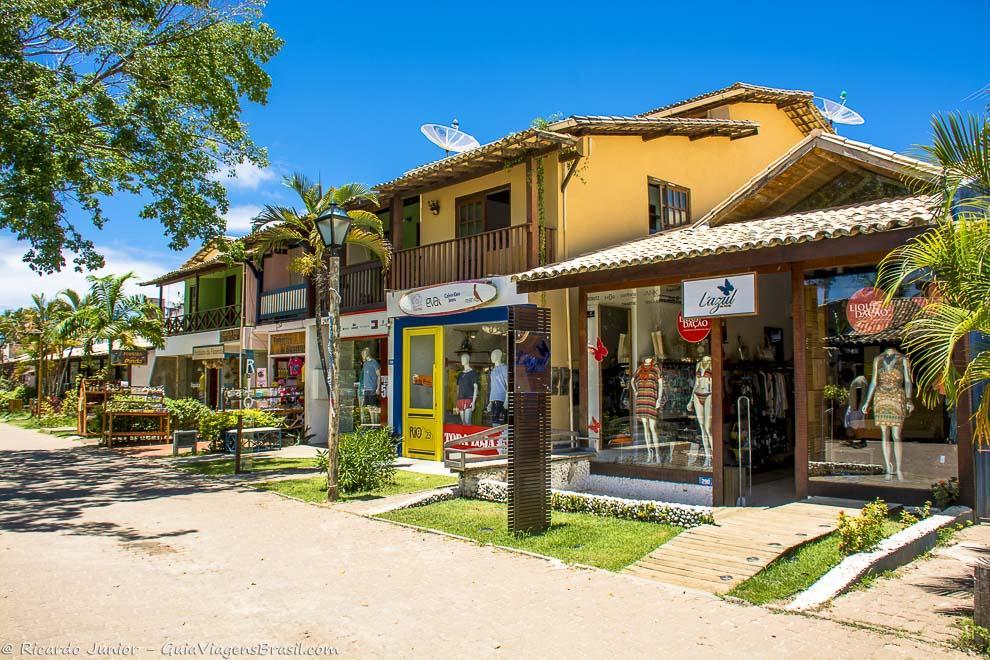 As lojas na rua principal da Vila da Praia do Forte, na Bahia. Photograph by Ricardo Junior / www.ricardojuniorfotografias.com.br