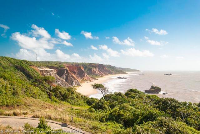 A parte 'vestida' da Praia de Tambaba, vista do mirante local, em Conde, Paraíba. Photograph by Ricardo Junior / www.ricardojuniorfotografias.com.br