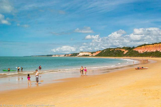Praia de Pitinga, uma das primeiras de Arraial D'Ajuda cercada de verde e falésias coloridas. Photograph by Ricardo Junior / www.ricardojuniorfotografias.com.br