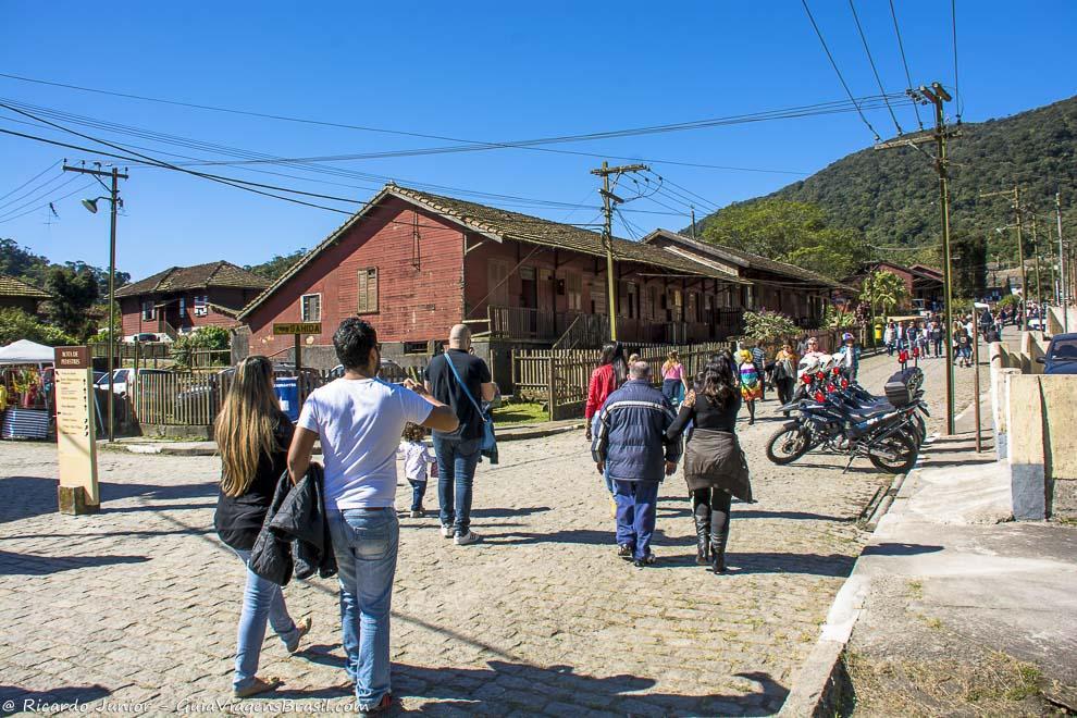 Visitantes passeando pela parte baixa da vila entre as antigas construções inglesas de madeira. Photograph by Ricardo Junior / www.ricardojuniorfotografias.com.br