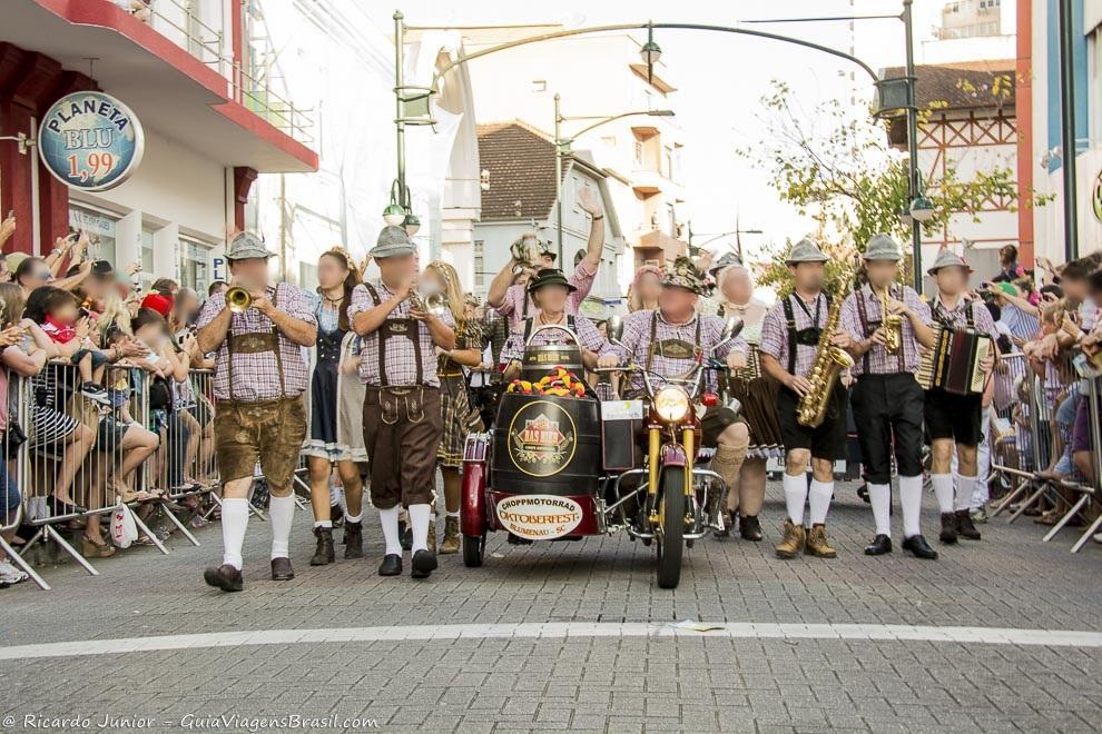 Desfile da Oktoberfest, em Blumenau, Santa Catarina. Photograph by Ricardo Junior / www.ricardojuniorfotografias.com.br