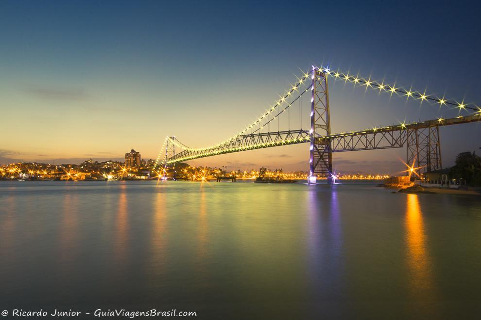 Ponte Hercílio Luz, palco da queima de fogos no Réveillon de Florianópolis, em Santa Catarina. Photograph by Ricardo Junior / www.ricardojuniorfotografias.com.br