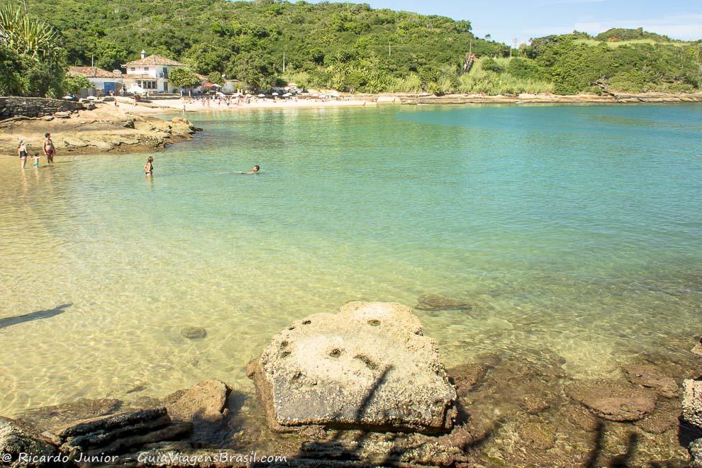A Praia Azedinha mais parece uma imensa piscina natural, deliciosa para mergulhos e banhos relaxantes, em Búzios, Rio de Janeiro. Photograph by Ricardo Junior / www.ricardojuniorfotografias.com.br