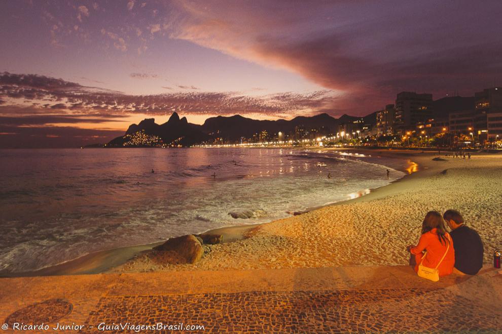 Casal admirando o belíssimo entardecer da Praia do Arpoador, no Rio de Janeiro. Photograph by Ricardo Junior / www.ricardojuniorfotografias.com.br