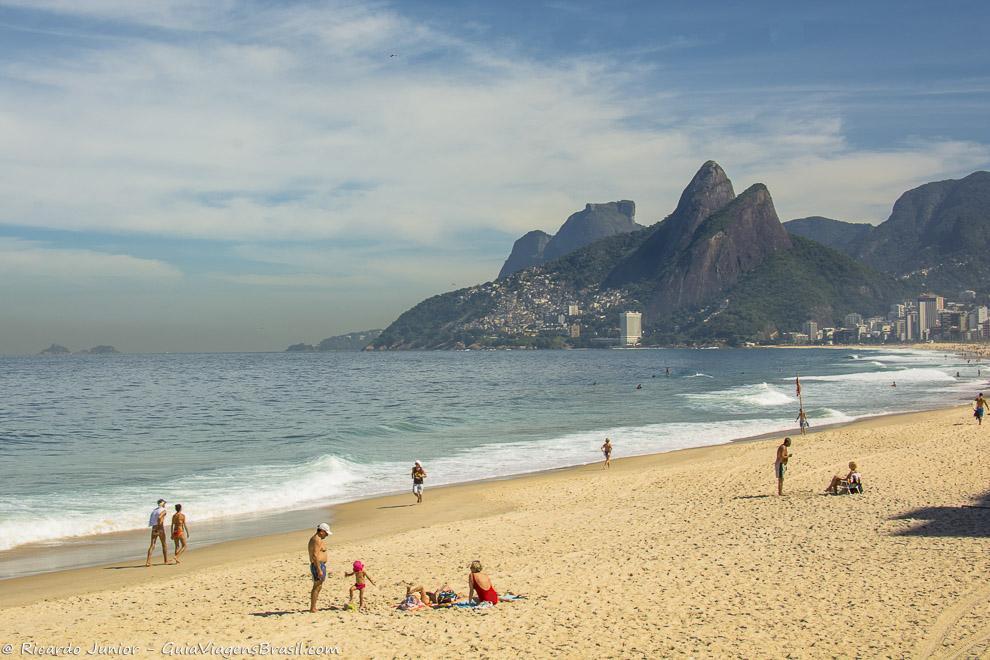 Praia de Ipanema, que pode ser vista do Mirante da Paz, no Morro Cantagalo, no Rio de Janeiro. A famosa escadaria em Santa Tereza, no Rio de Janeiro. Fotos de Ricardo Junior / www.ricardojuniorfotografias.com.br