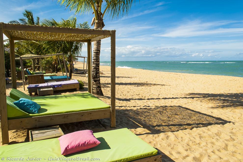 As charmosas e requintadas barracas a beira-mar da Praia do Rio Verde, em Trancoso, na Bahia. Photograph by Ricardo Junior / www.ricardojuniorfotografias.com.br