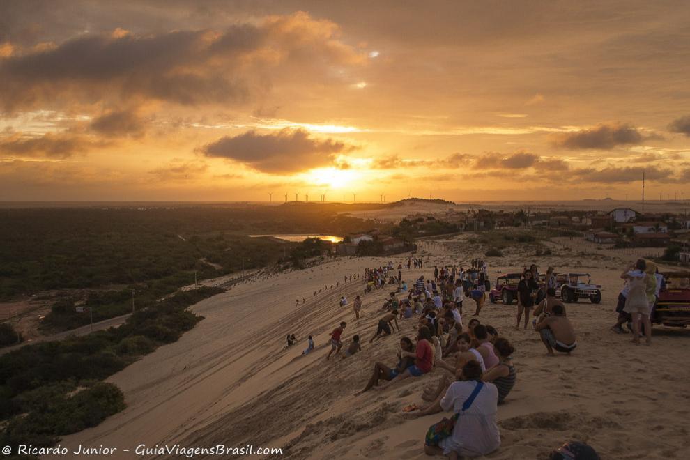 Turistas e moradores observam o belo por do sol na Duna Por do Sol, em Canoa Quebrada, Ceará. Photograph by Ricardo Junior / www.ricardojuniorfotografias.com.br