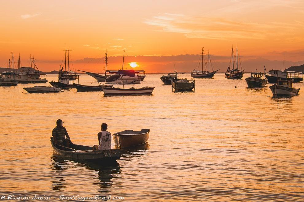 Por do sol entre os barcos, na Praia da Armação, Búzios, Rio de Janeiro. <br /> Photograph by Ricardo Junior / www.ricardojuniorfotografias.com.br