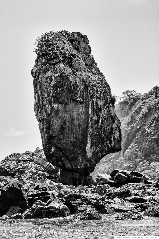 Pedra do equilibrio na Praia da Conceição, em Fernando de Noronha