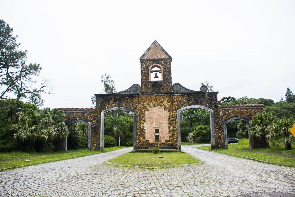 Portal histórico que marca o início da Estrada da Graciosa, próximo a Curitiba, no Paraná. Fotos de Ricardo Junior / www.ricardojuniorfotografias.com.br