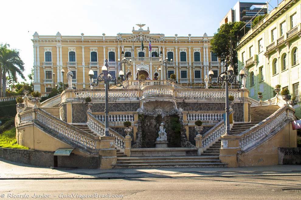 O belo Palácio Anchieta e suas famosas escadarias, com vista para o mar de Vitória, no ES. Fotos de Ricardo Junior / www.ricardojuniorfotografias.com.br