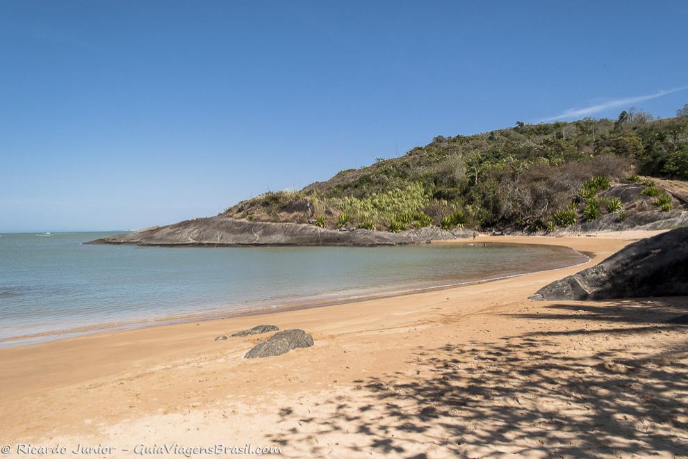 A deserta Praia Vermelha, em Guarapari, ES. Fotos de Ricardo Junior / www.ricardojuniorfotografias.com.br
