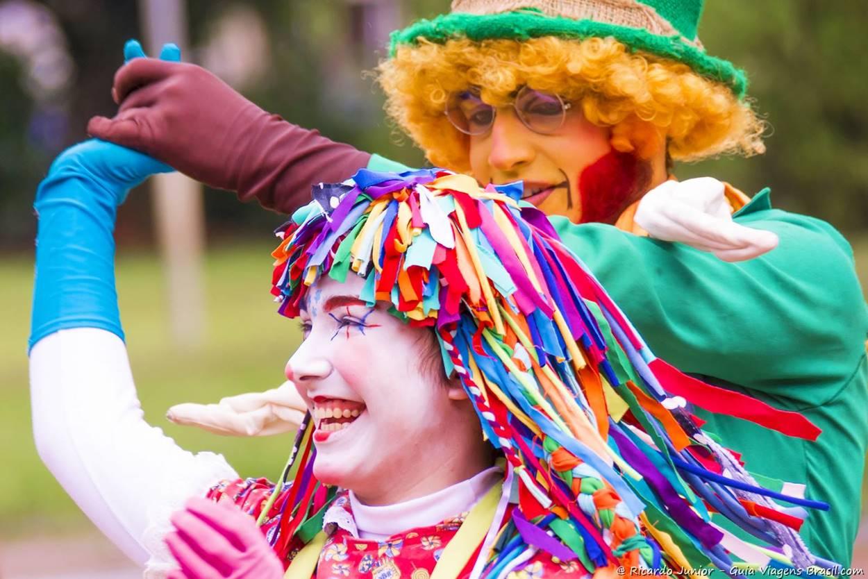 Os personagens Emília e Visconde de Sabugosa dançando no Sítio do Pipa-pau Amarelo, em Taubaté, SP. Fotos de Ricardo Junior / www.ricardojuniorfotografias.com.br