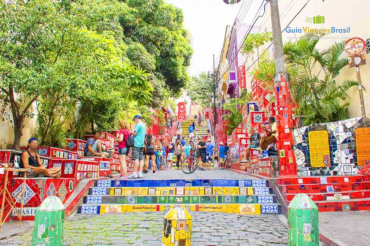 O cartão-postal de Santa Teresa: escadaria Selarón, com 215 degraus cobertos de azulejos, no RJ. <br /> Fotos de Ricardo Junior / www.ricardojuniorfotografias.com.br