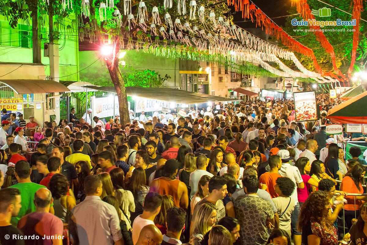 Festa de Nossa Senhora Achiropita lotada de pessoas caminhando, comendo e se divertindo. - Fotos de Ricardo Junior / www.ricardojuniorfotografias.com.br