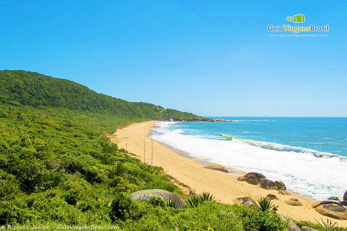 Tranquila Praia de Taquaras, em Balneário Camboriú, SC. Fotos de Ricardo Junior / www.ricardojuniorfotografias.com.br