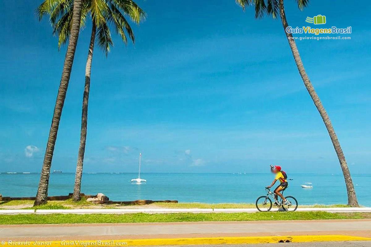 Passeio de bicicleta na orla das praias urbanas de Maceió, AL. Fotos de Ricardo Junior / www.ricardojuniorfotografias.com.br