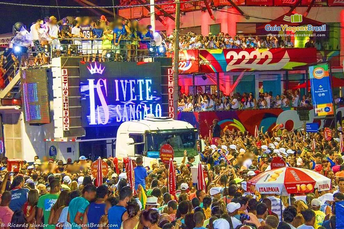 Trio elétrico puxando a multidão no Carnaval de Salvador, BA. Fotos de Ricardo Junior / www.ricardojuniorfotografias.com.br