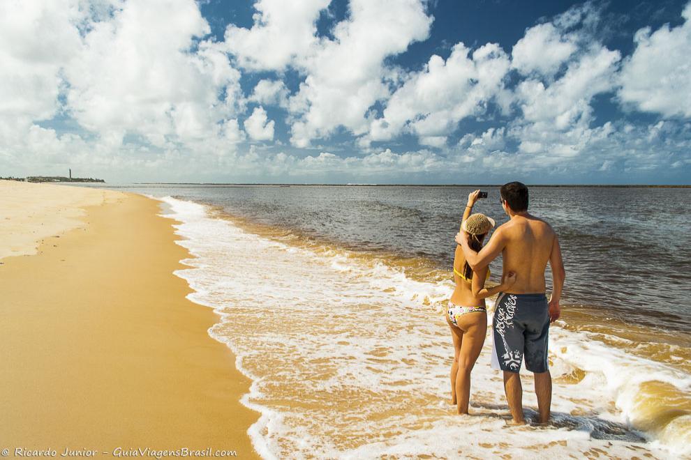 Casal na bela Praia do Gunga, em Alagoas. Fotos de Ricardo Junior / www.ricardojuniorfotografias.com.br