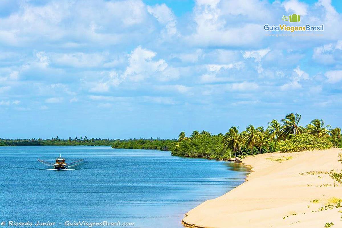 Passeio de barco pela Foz do Rio São Francisco, em Alagoas. Fotos de Ricardo Junior / www.ricardojuniorfotografias.com.br