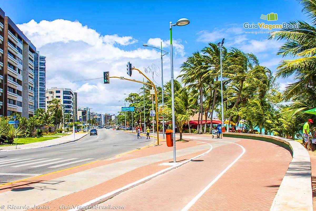 Orla de Ponta Verde, tranquilidade de lazer aos domingos, em Maceió, AL. Fotos de Ricardo Junior / www.ricardojuniorfotografias.com.br
