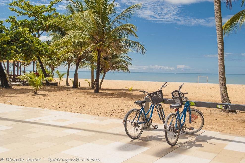 Bicicletas na orla da Praia de Camboinha, em João Pessoa, PB. Fotos de Ricardo Junior / www.ricardojuniorfotografias.com.br
