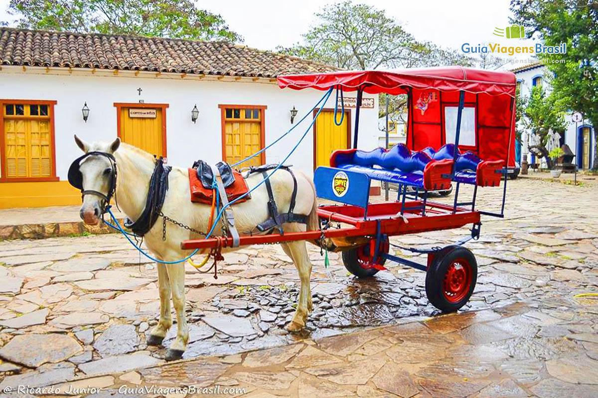 Charrete para passeio no Largo das Forras, em Tiradentes, MG. Fotos de Ricardo Junior / www.ricardojuniorfotografias.com.br