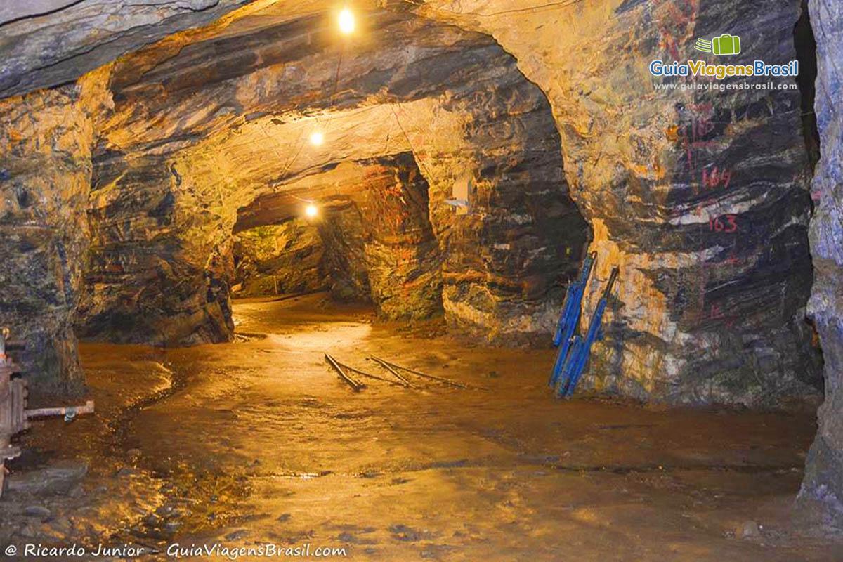 Túneis na Mina de Ouro da Passagem, em Mariana, MG. Fotos de Ricardo Junior / www.ricardojuniorfotografias.com.br