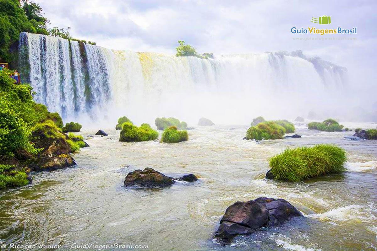 As quedas tem o maior volume de água de mundo, em Parque Nacional do Iguaçu, Foz do Iguaçu, PR. Fotos de Ricardo Junior / www.ricardojuniorfotografias.com.br