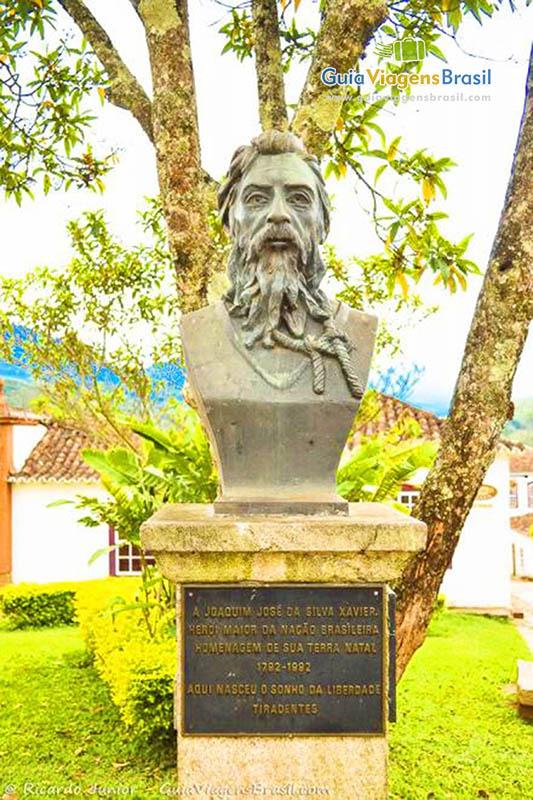 Busto em homenagem a Joaquim José da Silva Xavier, o Tiradentes, que deu nome a cidade, em MG. Fotos de Ricardo Junior / www.ricardojuniorfotografias.com.br