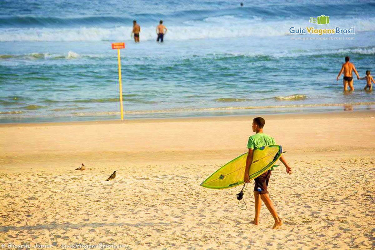 surfista-praia-do-tombo-guaruja-sp