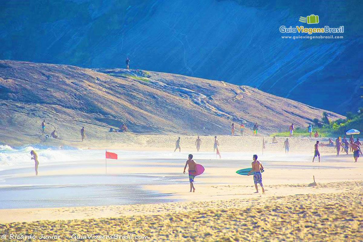 surfistas-praia-itacoatiara-niteroi-rj