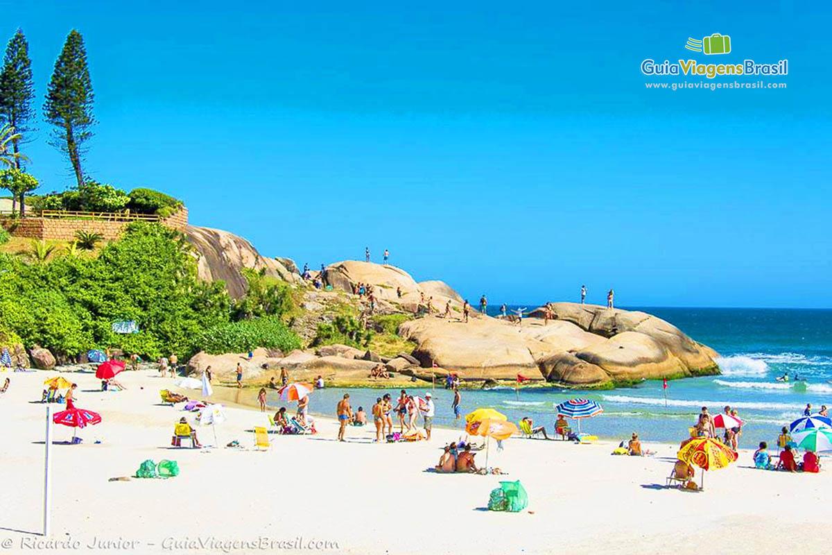 turistas-pedras-praia-joaquina-florianopolis-sc