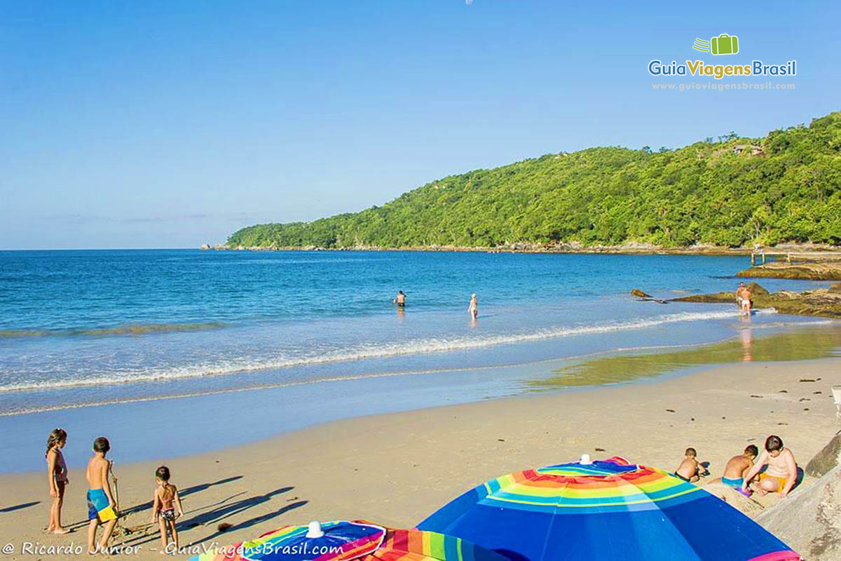 crianca-praia-do-estaleiro-porto-belo-sc