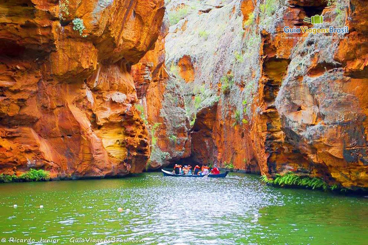 Foto canoa leva turistas aos pontos estreitos do Cânion do Xingó
