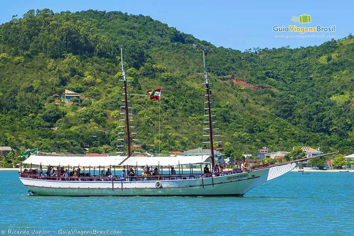 barco-passeio-ilha-porto-belo-sc