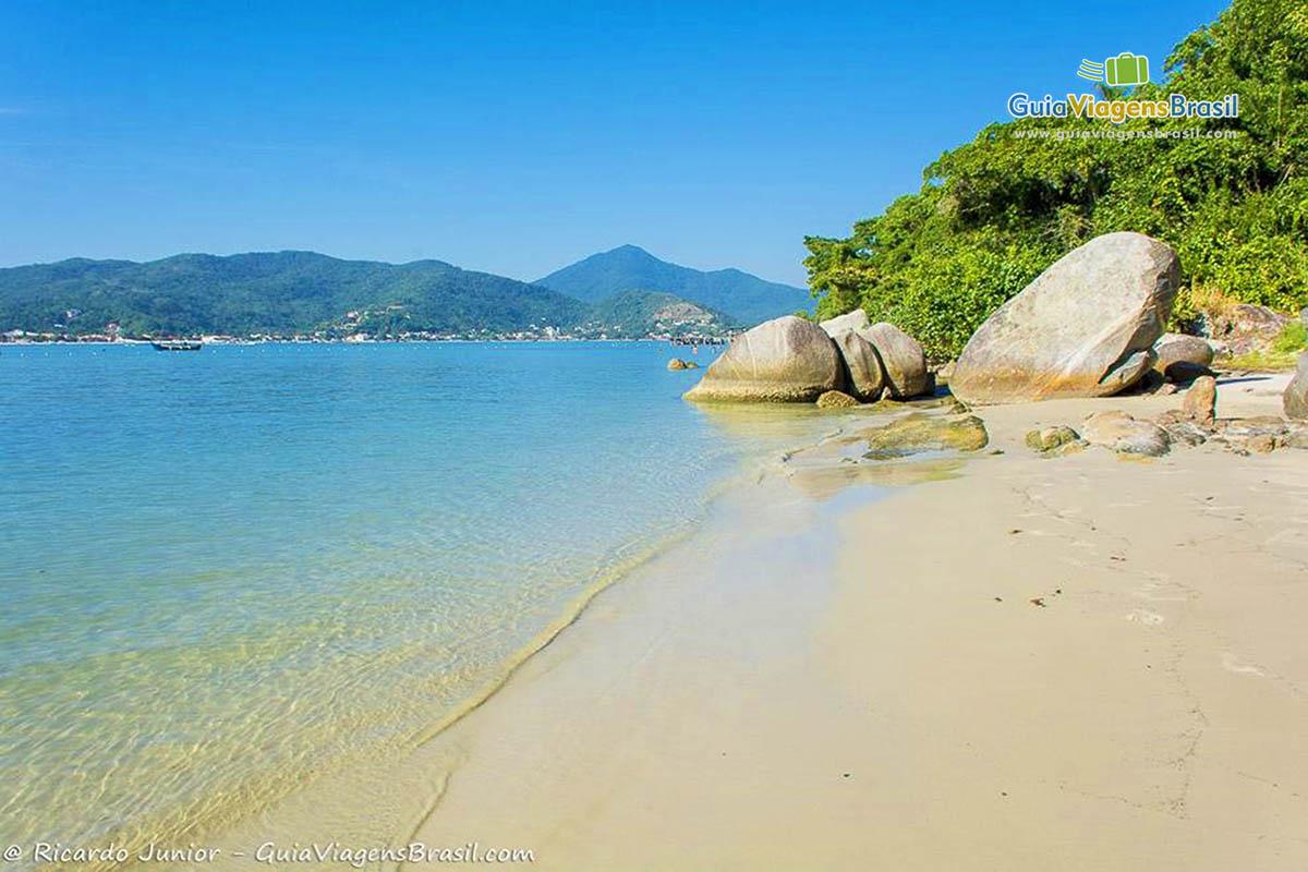 Foto mar cristalino na Ilha de Porto Belo, SC.